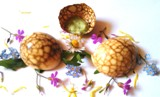 MARBLED EGGS, EDIBLE FLOWERS & RUCOLA with AN EASTER EGG-CRACKINGGAME
